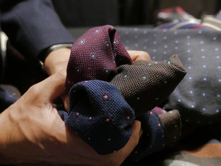 生地を手に取ってみると、驚くほど柔らか。この柔らかで上質なメランジウール×シルクに、ガルザを小紋柄に織りこむのは、とても難しいのだそうだ。