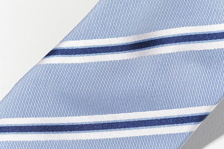 織りの向きが異なる、太幅と細幅が組み合わさると、立体的な印象に。