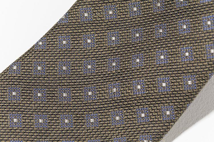 遠めに見るとかなりシックだが、織りで細かな小紋が層になって表現されている。