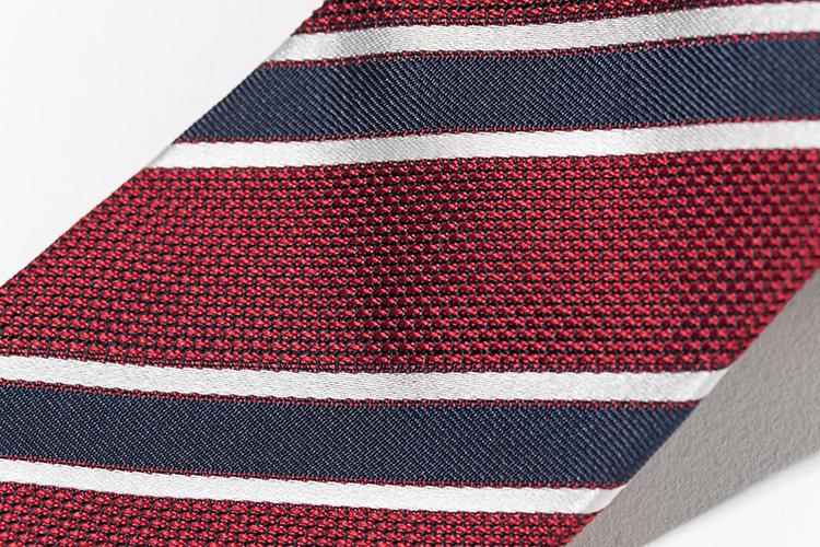 ベースの赤に紺の糸が混ざっているので、赤単色よりもシックで落ち着いた印象になり、ネイビーのストライプが美しく馴染む。
