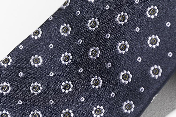 紺スーツにもグレースーツにも相性抜群、紺地に白&グリーンの小紋。