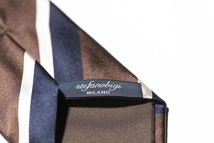 裏のブランドネームもすべて手縫いだ。