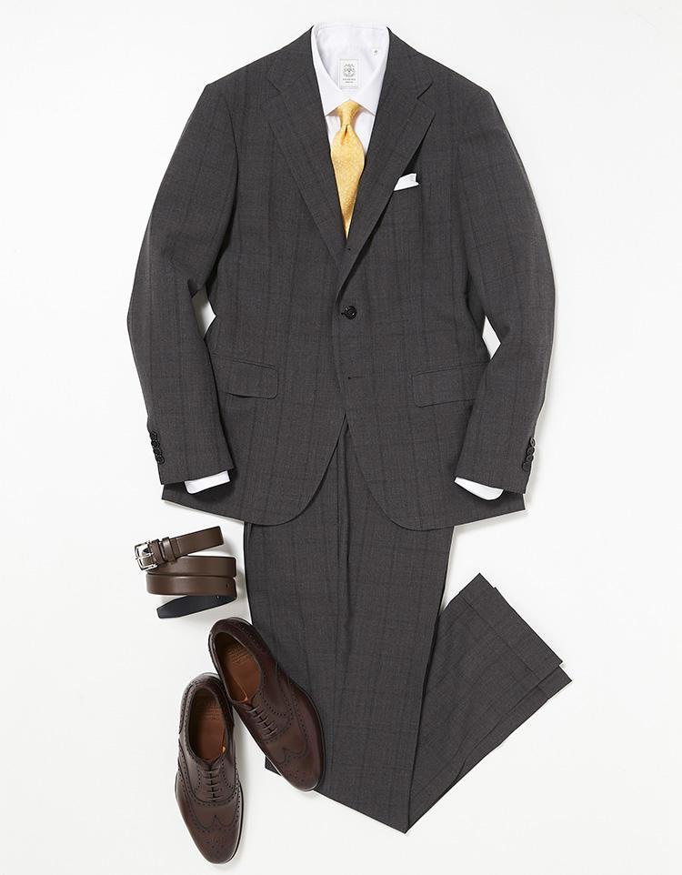 <b><font color=red>STRASBURGO</font><br />'花金'だから明るいネクタイでドレスアップ</b><br />グレーのウインドウペーンスーツは火曜日にも着用。一週間で同じスーツを二度着回すときは、特に顔に近くて視線が集まりやすい胸元にポイントをおき、全く異なる色柄でまとめれば印象はかぶらない。 <br />「ここではシルクタッチの白シャツ、小花柄をちりばめたイエローネクタイで、火曜日よりもドレッシーにまとめました」。 <br /><a class='u-link--ex' href='https://www.mens-ex.jp/fashion/feature/180525_8055.html' target='_blank'>コーディネートの詳細はこちら</a>