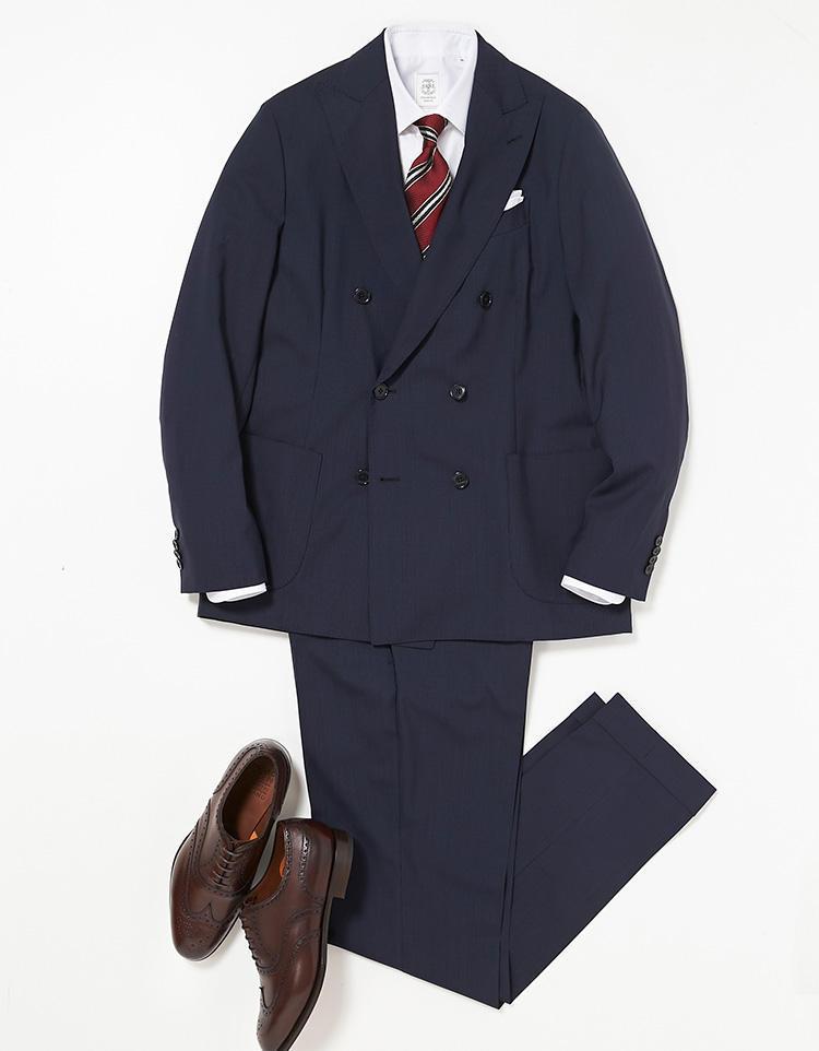 <b><font color=red>STRASBURGO</font><br />シワが気にならないパッカブルスーツは、月曜から普段使いにも活躍!</b><br />この手のイージースーツは今、スーツ界の一大トレンドになっている。そのブームを牽引するのが、花を模したラペルピンでお馴染みのイタリアブランド、ラルディーニ。ストレッチ性や防シワ性、優れたシワ回復力は、出張時の携行性を考えた仕様だが、普段使いにも活用度大。スーツを着用しなければならない真夏日の憂鬱も、緩和してくれるはずだ。 <br />「今回は白のドレスシャツ、レジメンタル柄のネクタイをコーディネート。あらゆるスーツスタイルの基本形となる着こなしです」。<br /><a class='u-link--ex' href='https://www.mens-ex.jp/fashion/feature/180521_8042.html' target='_blank'>コーディネートの詳細はこちら</a>