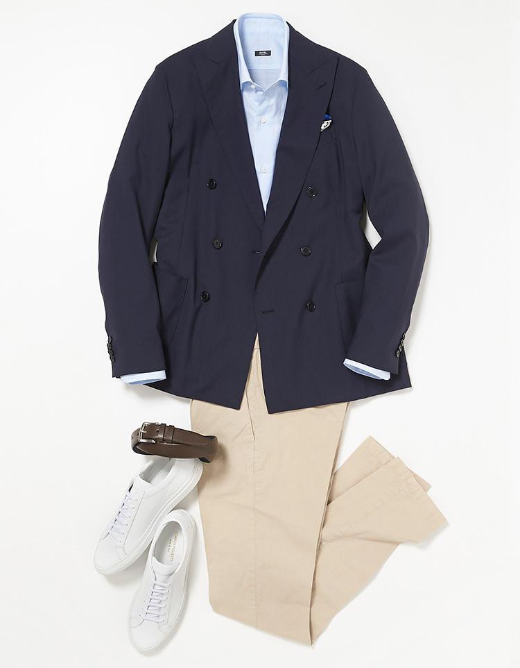<b><font color=red>STRASBURGO</font><br />実は、イージースーツは単品でも着られる</b><br />日曜日はミドルエイジにとって懐かしい紺ジャケスタイル。 <br />「こちらの紺ジャケは、月曜日、木曜日と着回した紺のパッカブルスーツの上着を単品使いしたもの。かっちりした仕立ての正統派スーツは上下揃いで着るのが基本ですが、こうした軽快仕立てのスーツなら上下別々で着ることもできてコストパフォーマンスが高い。この紺ジャケを軸に、青無地のドレスシャツ、ベージュの美脚チノ、白のレザースニーカーで、程良くカジュアルでもラフすぎない清潔感のある着こなしを目指しました」。 <br /><a class='u-link--ex' href='https://www.mens-ex.jp/fashion/feature/180527_8057.html' target='_blank'>コーディネートの詳細はこちら</a>