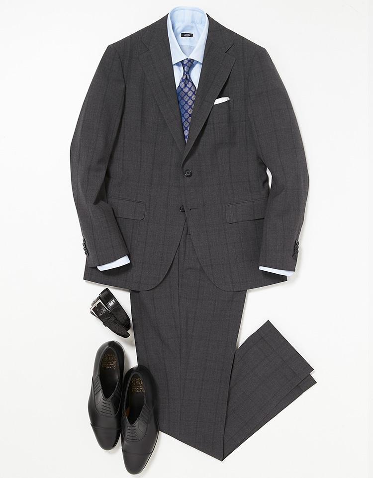 <b><font color=red>STRASBURGO</font><br />連日スーツを乗り切るコツは軽さと色</b><br />月曜日の紺スーツから一転、火曜日はグレースーツでイメージチェンジ。このスーツにはクールビズ期間中でも快適に過ごせる秘密がある。 <br />「生地は英国の名門、エドウィン・ウッドハウス社を代表する高機能生地'エア・ウール'。汗をかいても肌離れの良いドライタッチ、高い通気性、防シワ性が特徴で、上着を脱いで鞄に入れてもシワが目立ちにくのが特徴です。ストラスブルゴでは、この生地をさらに軽く別注した生地を使用しています。コーディネートは水色の無地シャツ、紺の小紋柄ネクタイという青系で爽やかにまとめました」。<br /><a class='u-link--ex' href='https://www.mens-ex.jp/fashion/feature/180522_8044.html' target='_blank'>コーディネートの詳細はこちら</a>