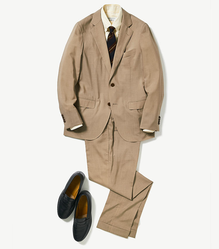 <b><font color='red'>トゥモローランド</font><br />スポーツウェア並のハイテクスーツで暑さに勝つ</b><br />月曜からスーツ出社なのに、天気予報は気温30℃を超え。心が折れそうなこんな日は、スポーツウェアに迫る高機能スーツの力を借りよう。 <br />「このスーツには有名生地メーカー、エルメネジルド ゼニア社の軽くしなやかさで型崩れしにくい生地『トラベラー』を採用。さらに縫製用の糸一本一本にも特殊コーティングを施すことで撥水・防汚性、温度調整機能も付けているため、真夏のスーツ通勤がこれまでとは比べものにならないほど快適になります」(プレス川辺圭一郎さん) <br /><a class='u-link--ex' href='https://www.mens-ex.jp/fashion/feature/190624_11380.html' target='_blank'>コーディネートの詳細はこちら</a>