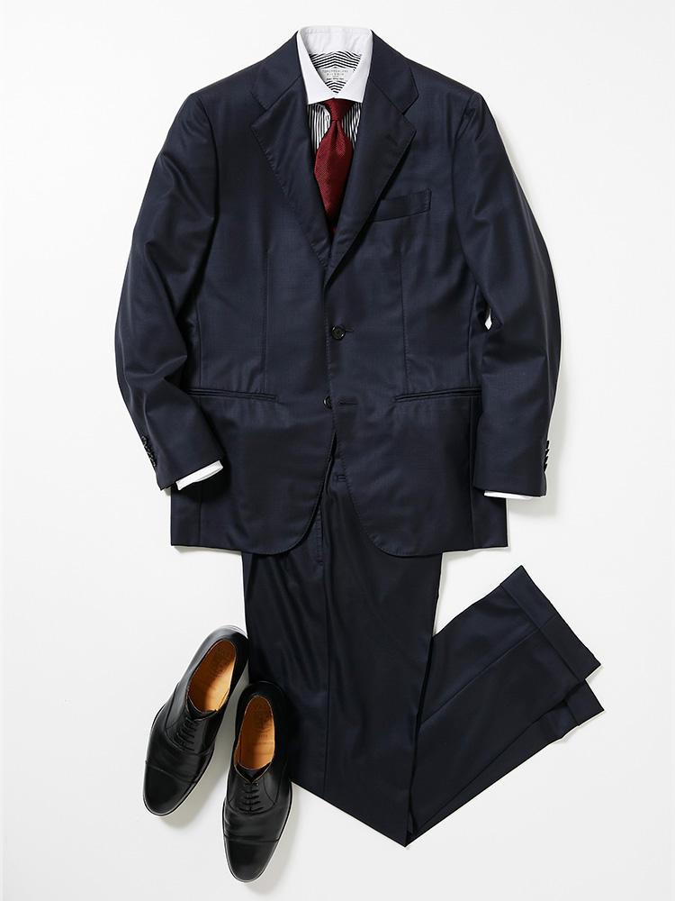 <b><font color=red>TOMORROWLAND</font><br />月曜日はプレタポルテ並の上等なスーツでやる気を注入</b><br />週始めの一着に選んだのは、無地感覚で着こなせるグレンチェック柄のネイビースーツ。 <br />「気持ちを引き締めたい月曜日は、フォーマル感のあるネイビースーツを。おすすめは'限りなくテーラーメイドの手法を取り入れたプレタポルテ'がコンセプトのトゥモローランド ピルグリム。なかでもこちらは、エグゼクティブに向けた最もハイエンドなメイド・イン・ジャパンコレクションです。ネクタイは無地の落ち着いたボルドーカラーであくまでストイックにし、存在感のあるスーツとバランスをとりましょう。さらにシャツは黒のロンドンストライプのクレリック、靴はハンガリーの工房にてハンドソーンで作られるキャップトウを。品がありながら程よくボリューム感があり、英国的な今年らしいコーディネートと好相性です」(プレス関内健太郎さん)<br /><a class='u-link--ex' href='https://www.mens-ex.jp/fashion/feature/181022_9320.html' target='_blank'>コーディネートの詳細はこちら</a>