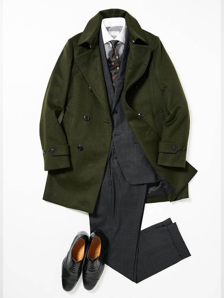 <b><font color=red>TOMORROWLAND</font><br />実は相性がいいグレーとカーキ、成功すれば最高にお洒落</b><br />週の半ばはスーツにタイドアップして、改めて気を引き締めよう。木曜日に着用したのは、品質と価格のバランスがとれた掘り出し物のスーツ。 <br />「グレースーツの生地は、イタリア・ドラゴ社のウール100%。天然素材の滑らかな風合いを楽しみながら、ナチュラルストレッチ、撥水性、撥油性、透湿効果などの機能を併せ持つ、デイリーユースにおすすめのスーツです。コートやネクタイは、カーキでシックに。ネクタイはロイヤルクレスト柄で、今シーズンのトゥモローランドのテーマ'ニューイングランド'を表現しました」(プレス関内健太郎さん) <br /><a class='u-link--ex' href='https://www.mens-ex.jp/fashion/feature/181025_9326.html' target='_blank'>コーディネートの詳細はこちら</a>