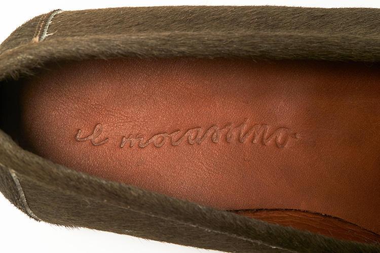<b>手書き風のブランド名も◎</b></br>「モカシン」を意味する「Il mocassino」というブランド名が手書き風にライニングにあしらわれる。お座敷などで靴を脱いだときにもイタリア感大!