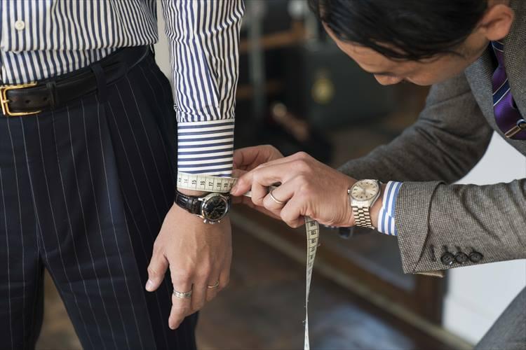 袖口の採寸。どんな腕時計をつけるのかなども聞き取る。