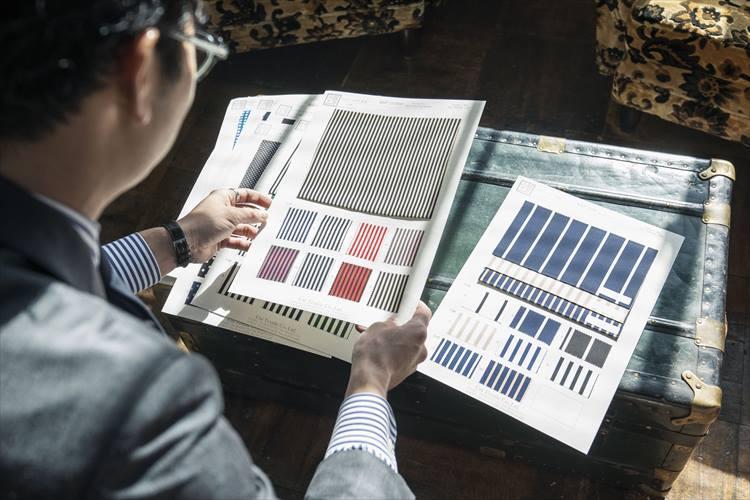 裏地の生地見本を確認する長谷川さん。ストライプと言えば裏地の定番のはずだが、ピッチ、色など個性的なものが豊富に揃うのは齋藤服飾研究所ならでは。