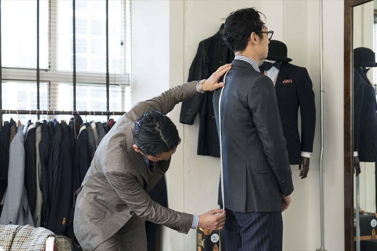 まずは着丈の採寸から。「長い付き合いなのに、採寸するのは、これが初めてですね(笑)」と齋藤さん。