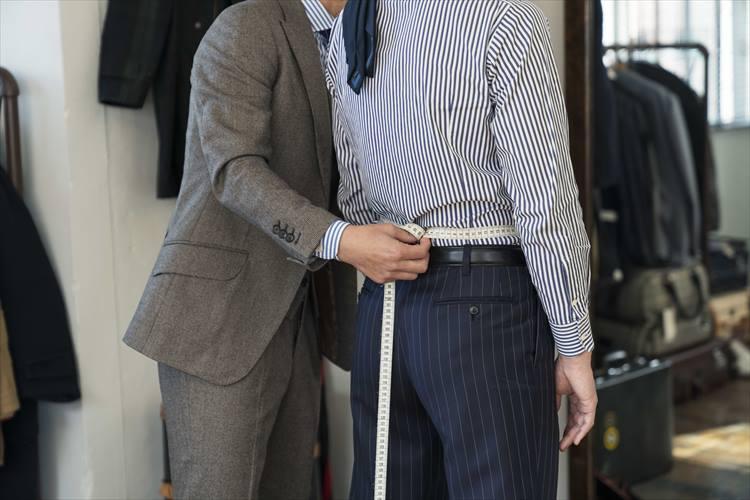 ウエスト周りの採寸。英国調のジャケットでは、胸周りとの差で男性らしさを強調する要となる。