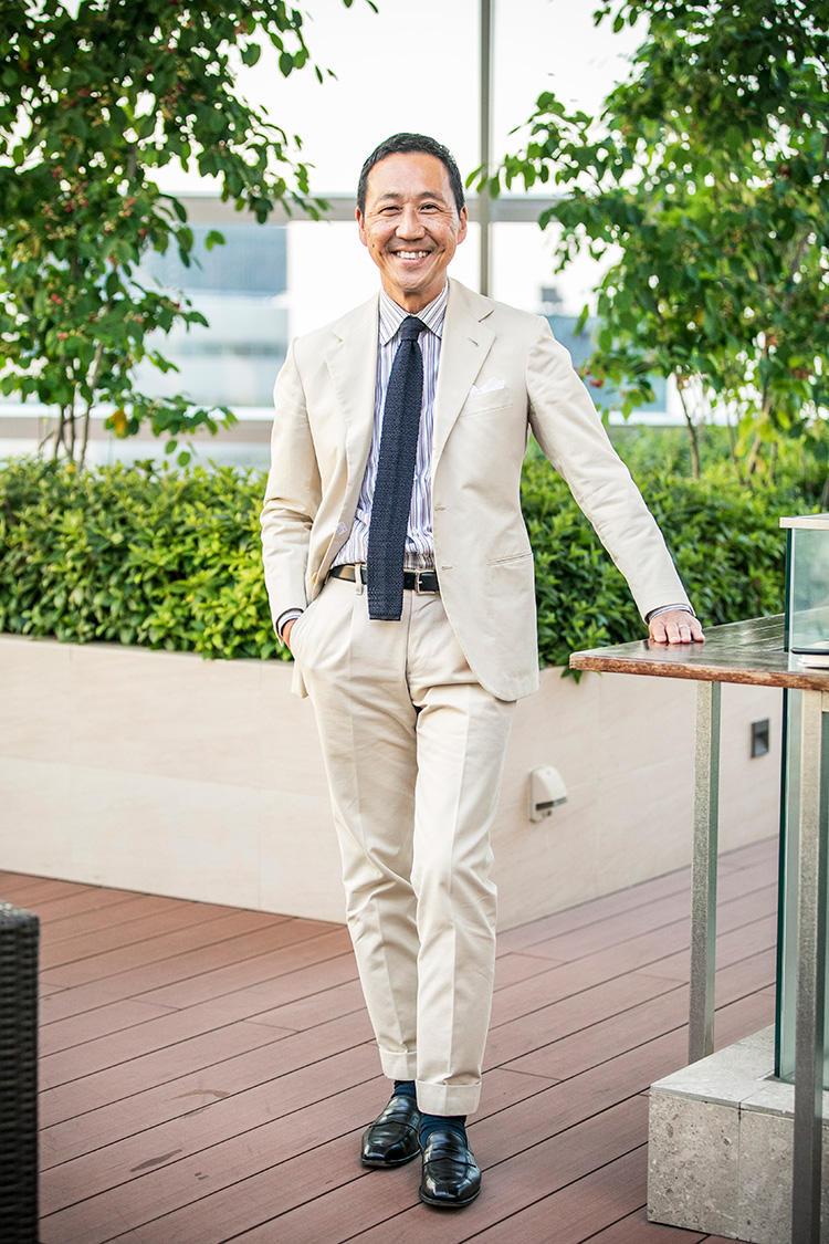<b>鴨志田康人</b><br />創業メンバーとしてユナイテッドアローズに参画し、クリエイティブディレクターとして長年にわたり活躍。2007年には自身のブランド「カモシタ ユナイテッドアローズ」を立ち上げ、ピッティ ウォモにも出展する。2018年からはフリーランスとなり、クリエイティブ アドヴァイザーとして引き続きユナイテッドアローズに関わりつつ、今季からはポール・スチュアートのディレクションも務めるなどいっそう活躍の場を拡大。世界的なウェルドレッサーとしても知られ、国籍・世代を超えたクラシック好きのヒーローとして羨望を集める。