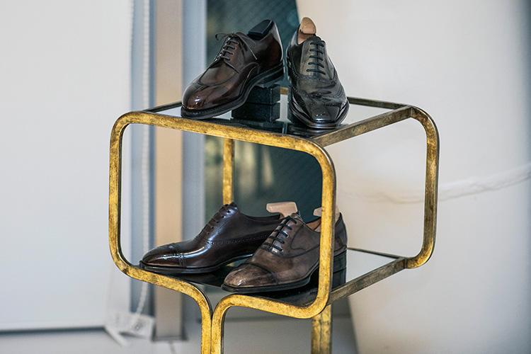 <b>ヨウヘイフクダの靴</b><br />一分の隙もないほどに研ぎ澄まされた美しさを宿しながら、奇をてらったところがまるでない。これぞ最高の正統ドレスシューズというべき仕立てだ。ローファーや外羽根靴も作るが、ハウススタイルは内羽根靴だという福田氏。グッと低く抑えられたトウからスラリとのぼるサイドラインはため息がでるほど美しい。