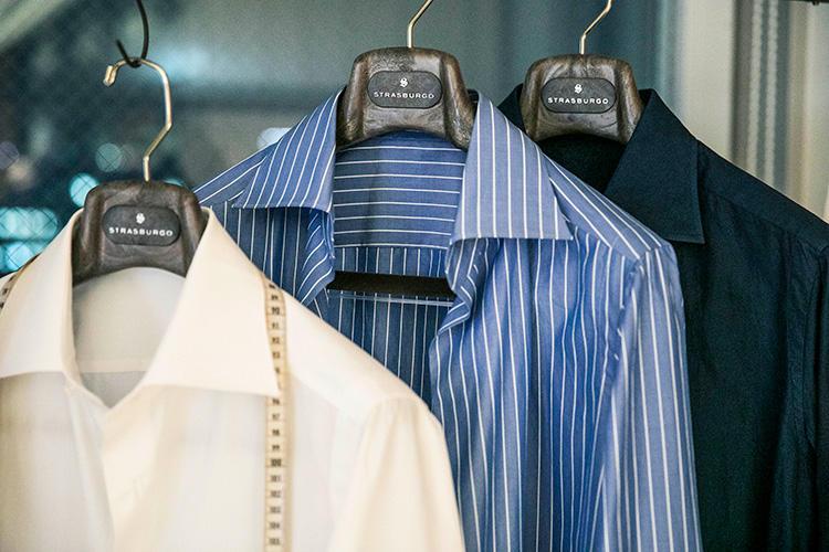 <b>山神シャツ</b><br />山神シャツのアイコンといえる襟型が、このような襟羽根大きめのセミワイドカラー。芯地は柔らかく、ふんわりとした胸元を演出する。