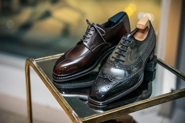 <b>ヨウヘイフクダの靴</b><br />この春発表されて業界を驚かせたのが、ジェイエムウエストンとのコラボシューズ(写真左の靴)。同社のロングセラーであるスプリットトゥダービーをベースとしているが、アンティーク調のカラーに加工されたボックスカーフをアッパーに採用している点が特徴。6月10日までの受注生産。