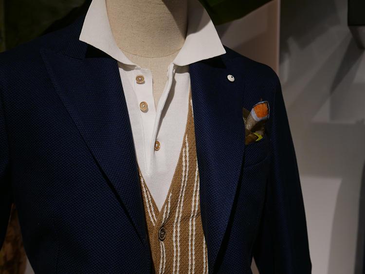 【L.B.M.1911】いつもの紺ジャケットも、シャツでなく白のニットポロを襟出しすれば上品カジュアルな雰囲気に。ジャケットと素材感のあったざっくり素材のジレを挟むと引き締まる。