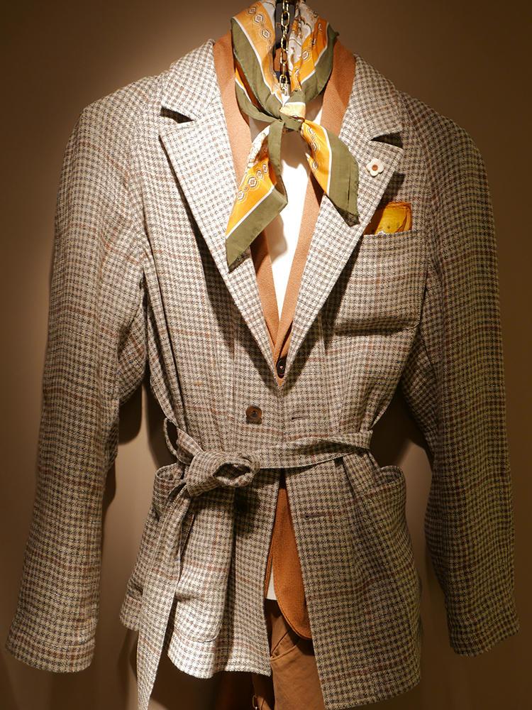 【LARDINI】ベージュ・オレンジ・イエロートーンの絶妙コンビネーション。ベルテッドジャケットの緩い結び方や、左右のバランスを微妙にズラしたスカーフの巻き方も参考に。