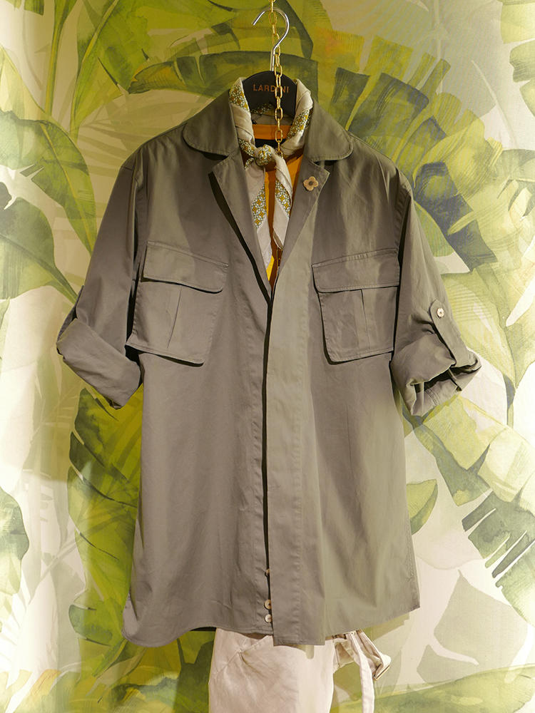 【LARDINI】サファリ調のシャツも、今季多かったアイテムの1つ。スカーフの柄に、シャツの色がさりげなく入っていると美しくまとまる。
