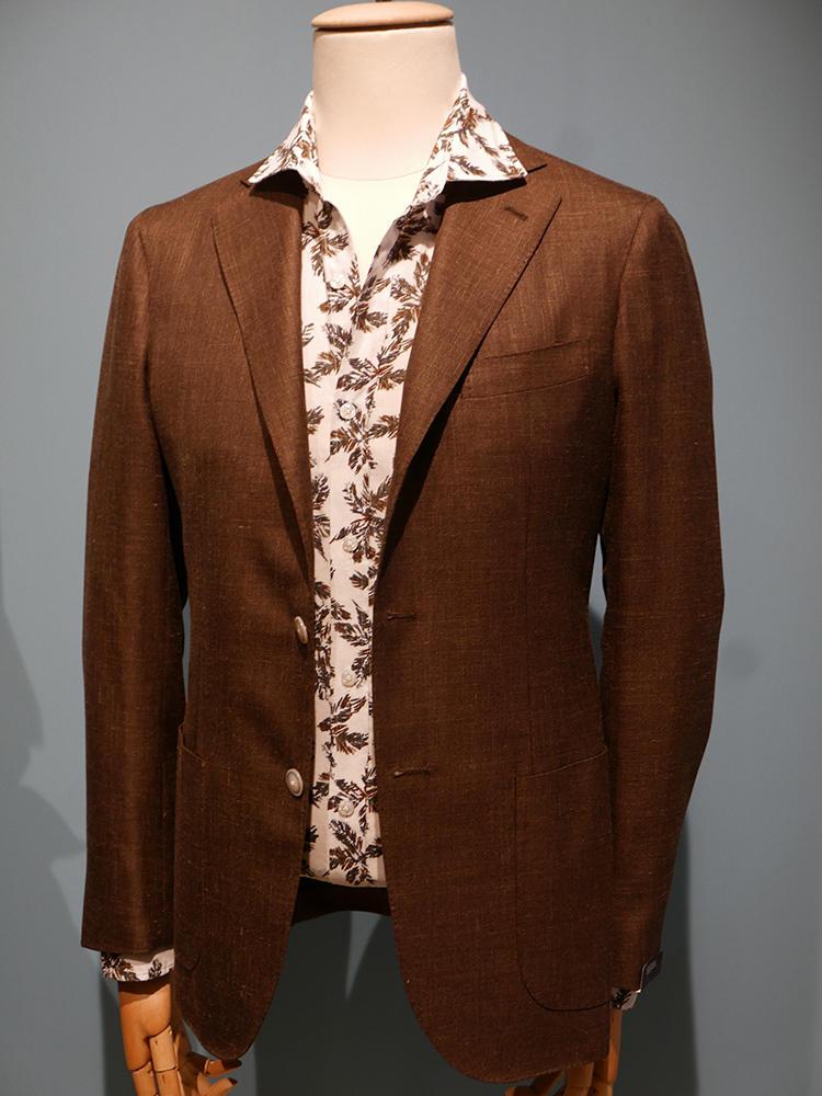 【BARBA】プリントシャツも、今季目立ったカジュアルアイテムの1つ。これくらい派手な柄の場合は、シャツの色柄と同系色の無地ジャケットを合わせればきれいにまとまる。