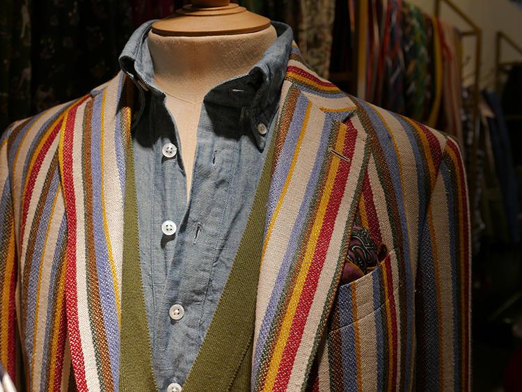 【DRAKE'S】たまには、こんなカラフルなジャケットも! ジャケット本体にかなり主張があるので、インナーは無地でシンプルにまとめると◎。シャンブレーシャツの色とジャケットのストライプの色もさりげなくリンクして美しい。