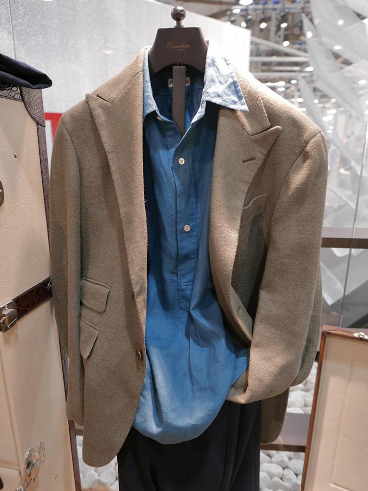 【Camoshita】シングルピークトジャケットに、プルオーバーのシャンブレーシャツをさりげなく襟出し。リラックスしたいジャケットスタイルのお手本だ。