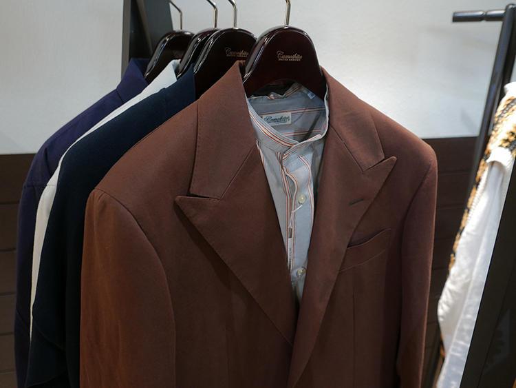 【Camoshita】休日ジャケット、シャツの襟がバンドカラーになるだけで、ぐっとモダンで都会的な印象に。