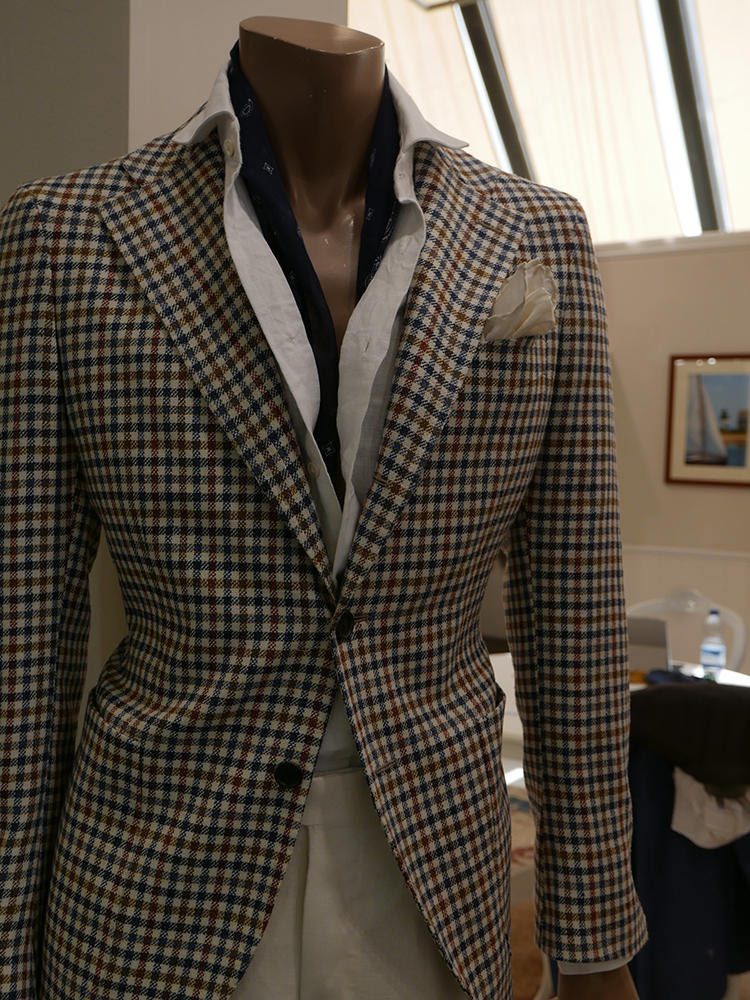 【Tito Allegretto】ビッグラペルのシングルジャケットに、白のリネンシャツを襟出し。胸元にストールを挟むと、ナポリ的なリゾートスタイルの完成。