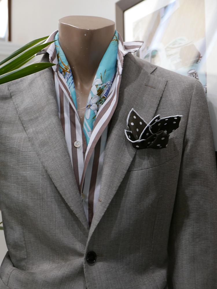 【Tito Allegretto】無地ジャケットから、太めのロンストシャツを襟出ししたパターン。少し攻めていくなら、さらに色柄スカーフを挟めばインパクトのある胸元になる。
