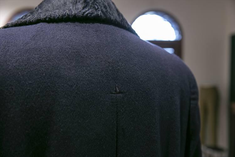 広く、なだらかな背中が優美。肩近くまで入ったプリーツも印象的だ