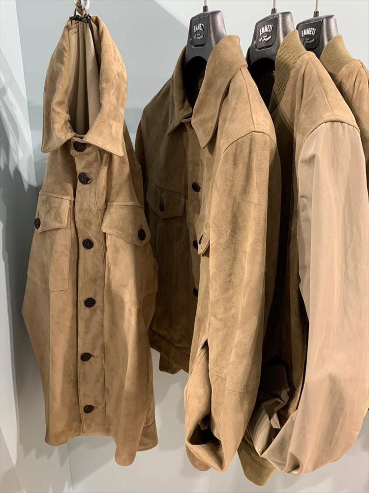 <strong>EMMETI</strong><br />淡いベージュトーンのナッパスエードは、見た目も軽やかで着こなしやすい色。ライダース的なものよりも、こうしたシャツタイプの形のほうがはおったときの軽やかさが出る。