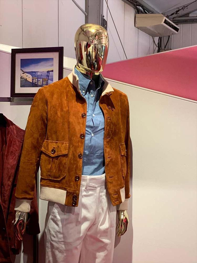 <strong>CLAFTSMAN CLOTHING</strong><br />香港から出展していた、クラフツマンクロージング。こちらは、オーダーでレザーやスエード地を選ぶことができる。