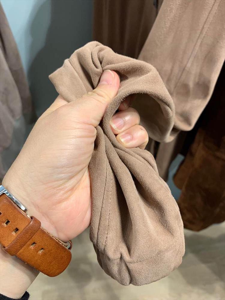 表革のレザーと比べて、これだけくったり柔らかになるので、くるくるっと丸めて旅行鞄に入れておくにもちょうどいい。
