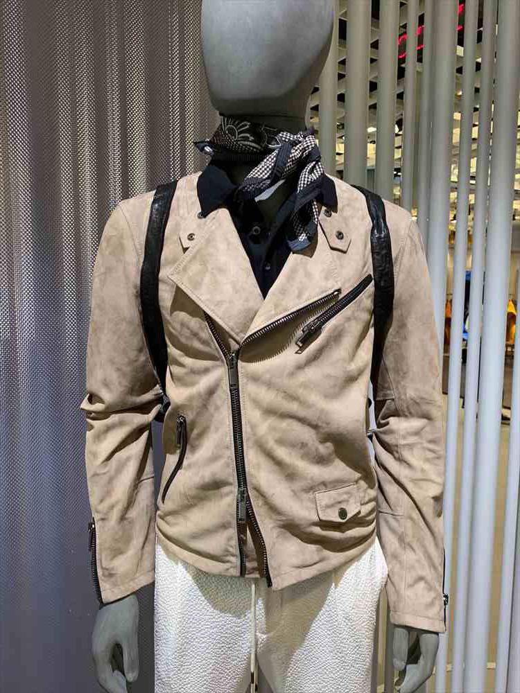 <strong>TAGLIAORE</strong><br />タリアトーレからも、ジャケットやスーツのみならず、レザーやスエードアイテムがたくさん登場した。こちらは男らしいライダース仕様だが、淡色&薄めで軽さを出している。