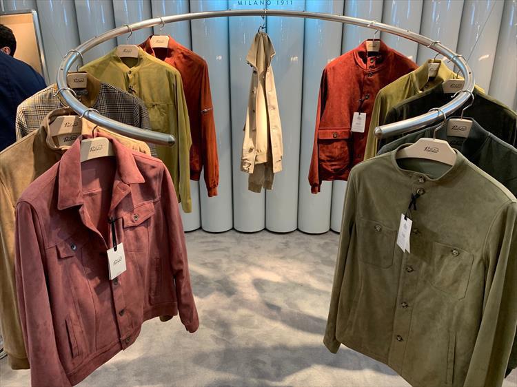 <strong>VALSTER</strong><br />ヴァルスターといえば赤茶色のヴァルスタリーノは大定番だが、今季はカラースエードを多く出していたのが印象的。形もGジャンタイプやスタンドカラー、かつ胸ポケなども取り入れトレンド感が高まった。