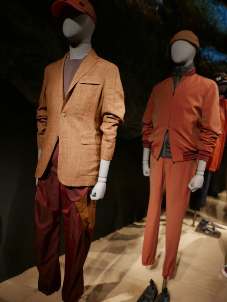 <strong>Z Zegna</strong><br />ブラウン〜オレンジ系のグラデーション使いは、展示でも多かったカラー提案のひとつ。手前のテラコッタカラーのジャケットは、中にブラウンのクルーニットをIN。こちらも、かなり細幅にしたオレンジ系スカーフをチラリと覗かせているのが、よりエレガントに見せるポイント。