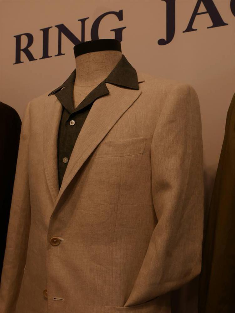<strong>RING JACKET</strong><br />開襟シャツは、少しリゾート感、リラックス感を出したドレスダウンに◎。ベージュジャケットにグリーンの開襟シャツでコントラストをつけた合わせ。襟は、あえてジャケットのラペルの上に出して着ると存在感もUP。