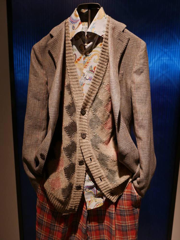<strong>DRUMOHR</strong><br />こちらもトップス3アイテムに柄を使った高度な柄合わせ例。しかしそんなにうるさく感じないのは、ベージュのジャケットを基調にシャツやカーディガンにもベージュカラーが柄に混ざっているから。秋の休日なら、これくらい華やかさがあってもいい。