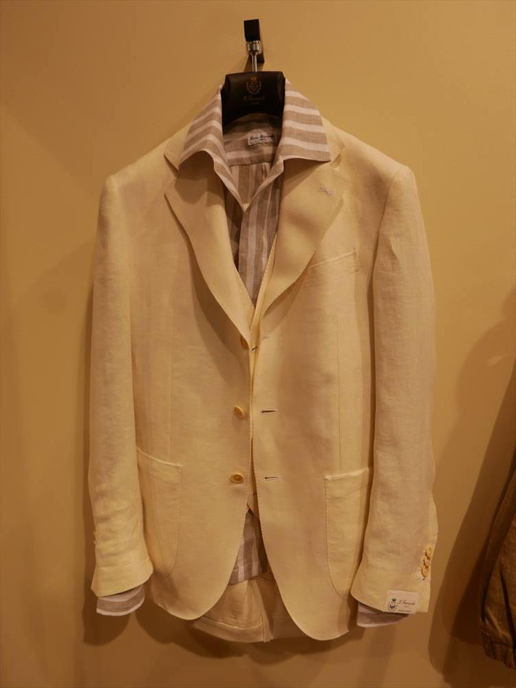 <strong>ERRICO FORMICOLA</strong><br />リネンのベージュジャケットにリネンのストライプ開襟シャツ。ナポリのジェントルマンたちの、夏の定番ともいえるエレガントな着崩し。ベージュ〜ブラウントーンでまとめると、より上品さもUP。