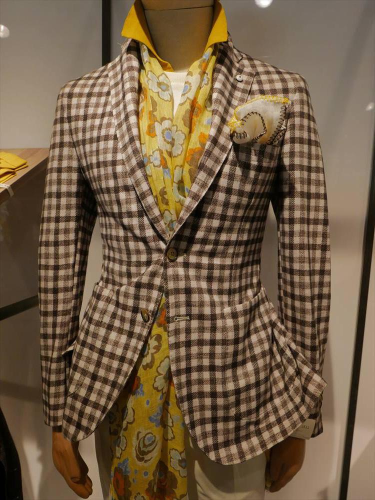 <strong>L.B.M.1911</strong><br />ブラウン×イエロートーンも休日に映える合わせのひとつ。白のクルーニットの下にカラーシャツ、同系色のストールをアクセントに。