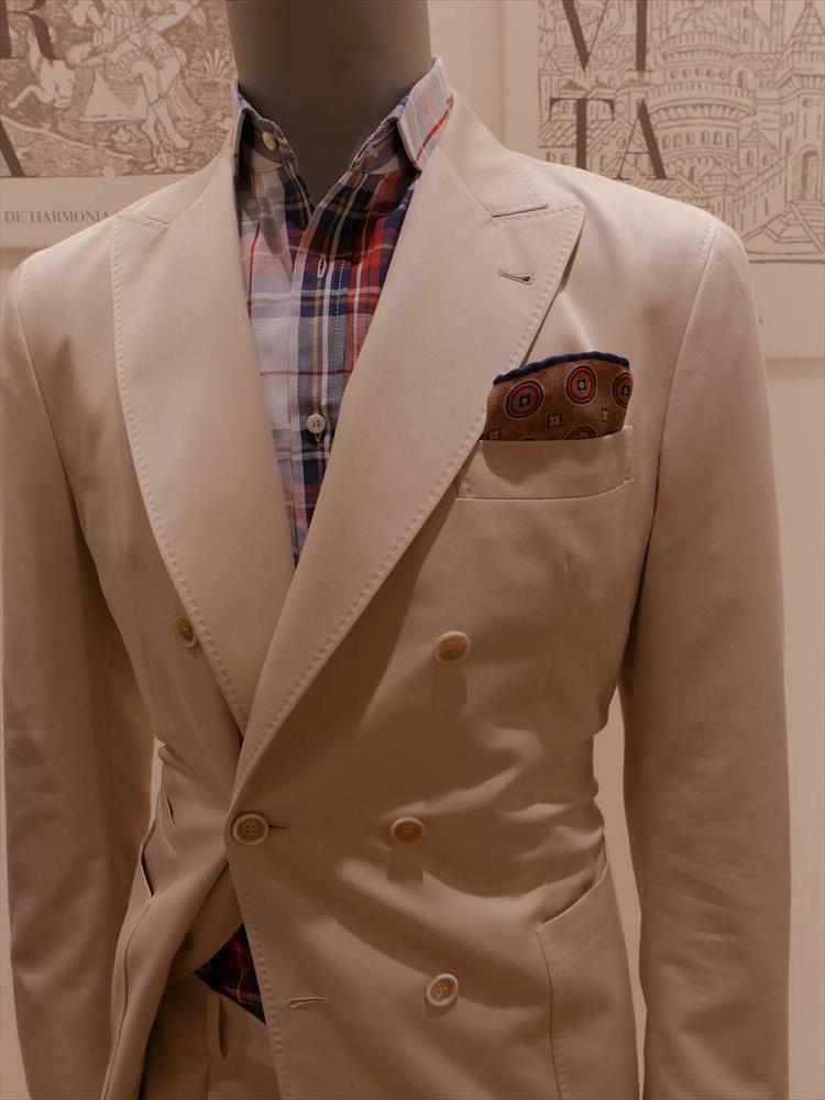 <strong>BRUNELLO CUCINELLI</strong><br />マドラスチェックのシャツ、ベージュジャケットのような淡色に対する合わせとしても、胸元に存在感が出て有効だ。