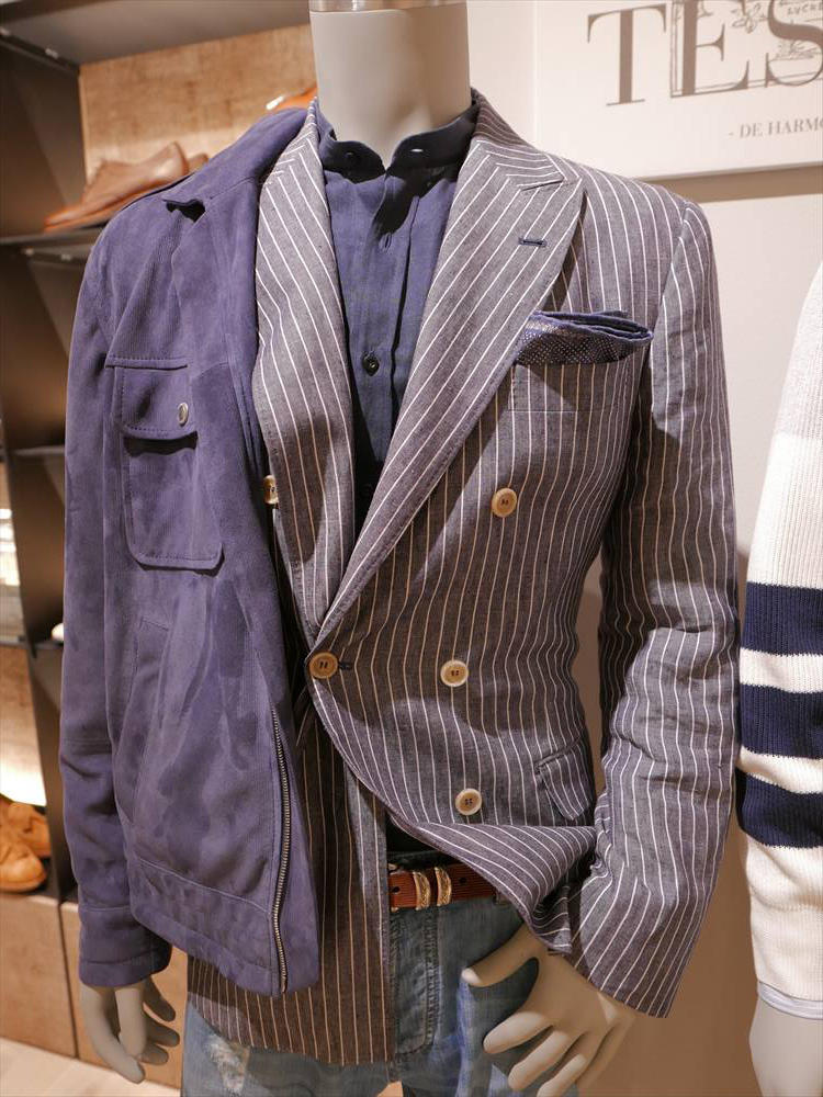 <strong>BRUNELLO CUCINELLI</strong><br />バンドカラーのカラーシャツも、1枚持っておくとこの秋、重宝しそう。ジャケットの上に、スポーティなアウターを羽織るのも上級のアレンジテクとして覚えておきたい。