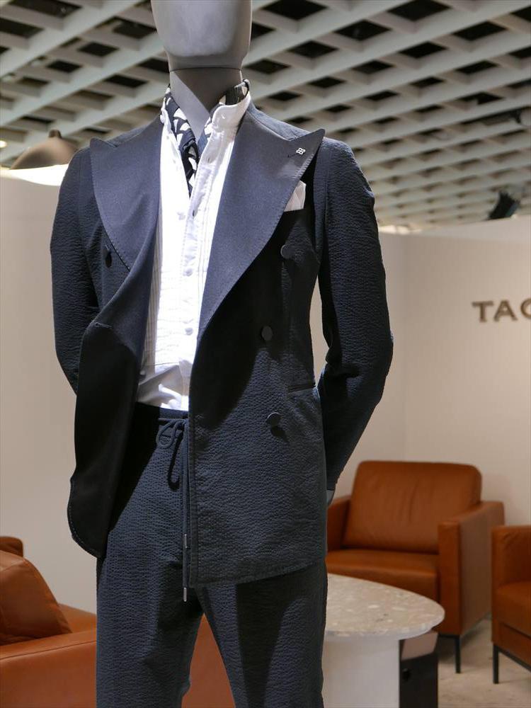 <strong>TAGLIATORE</strong><br />タリアトーレが打ち出した、シアサッカーのカジュアルフォーマルスタイルも、インナーはバンドカラーのシャツ&スカーフという合わせ。昼間のカジュアルなパーティ時の着こなしなどに活用したい。