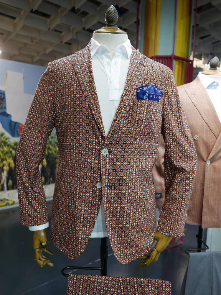 <strong>BELVEST</strong><br />ベルヴェストも、かなりライトなバティックプリント調のシャツジャケットを提案。これくらいライトなジャケットなら、やはりタイドアップよりも白ポロくらいがちょうどいい。