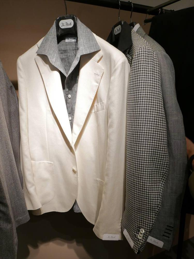 <strong>DE PETRILLO</strong><br />難易度の高い白ジャケットも、グレーの開襟シャツでモノトーン中にまとめるとシックな印象に。