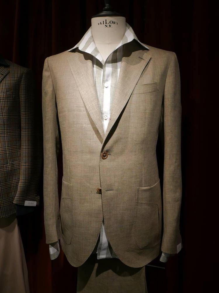 <strong>DE PETRILLO</strong><br />デ ペトリロも、かなり開襟シャツのコーディネートが多かった。無地ジャケットに合わせるなら、このような太幅ストライプもインパクトあり。