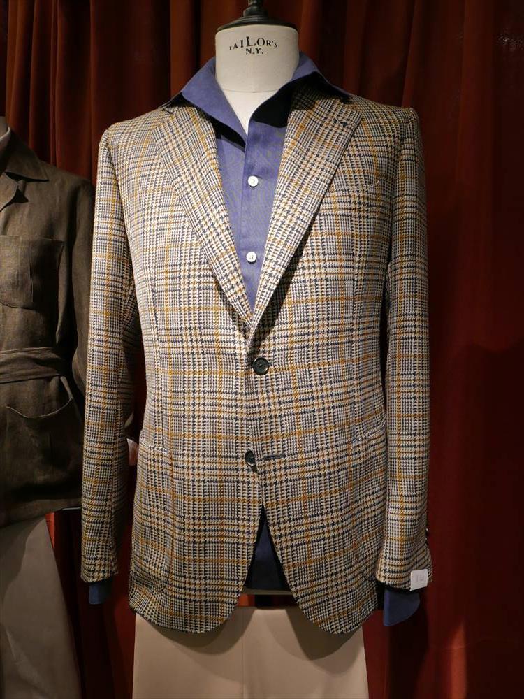 <strong>DE PETRILLO</strong><br />逆にジャケットが派手柄なら、中のシャツは無地がベター。シャツはジャケットのペーンの柄を上手く拾うと、視覚的にバランスよくまとまる。