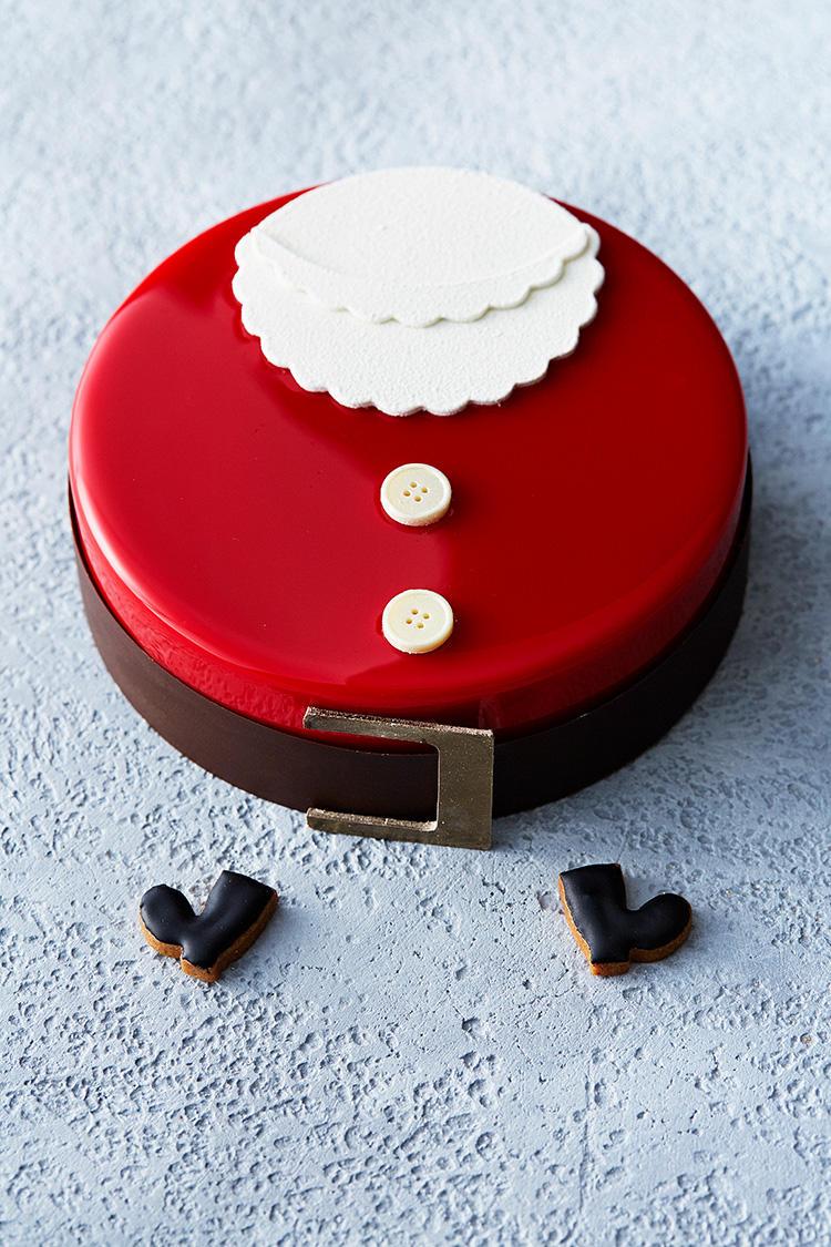 <b>マンダリン オリエンタル 東京/「サンタ」</b></br>いちごとバニラのムースケーキ「サンタ」は、ぽってりした体型のサンタを、そのままラウンドケーキの表面に表現したなんとも愛らしい見た目で、インスタ映え抜群! デリケートな味わいのタヒチ産バニラとしっかりとした余韻のマダガスカル産バニラを贅沢に合わせたマスカルポーネのムースに、甘酸っぱい自家製のいちごのコンフィを合わせ、ホワイトチョコレートとショートブレッドのサクッとした食感をアクセントに加えている。直径15cm、5600円(税別)</br>予約・お問い合わせ:</br>マンダリン オリエンタル 東京 TEL:0120-806-823</br>(レストラン総合予約 9:00-21:00)</br>予約期間:12月17日(月)まで  ※予約は引き取り日の3日前まで</br>引き取り期間:12月25日(火)まで ※店頭販売もあり。</br>